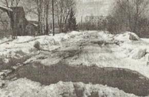 В Лихославле, образовавшаяся весной огромная яма на улице, угрожает безопасности местных жителей