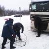 Под Торжком пожарные машины вытаскивают застрявшие в сугробах фуры