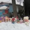 В Пеньково к дому, где сгорели мать и пять ее детей, местные жители несут игрушки и цветы
