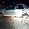 Под Торжком водитель легковушки врезался в бревно, валявшееся посреди дороги (фото)