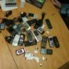 За забор торжокской тюрьмы пытались забросить 17 раритетных мобильников (фото)
