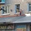 В Торжке двое маленьких детей через открытое окно вылезли на козырек магазина (фото)