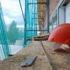 В Тверской области при строительстве дома с четвертого этажа упал и погиб каменщик