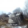 Огромный груженый лесовоз ехавший в Лихославль перевернулся (фото)