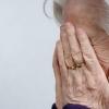 В Калашниково грабитель на улице средь бела дня напал на пенсионерку и снял с нее золотые сережки
