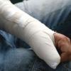 Житель Спирово сломал руку своему знакомому и отнял у него деньги
