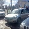 В Торжке ледяная глыба, упавшая с крыши здания, раздавила автомобиль (фото)