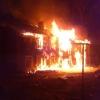 В Калашниково сгорел двухэтажный многоквартирный дом, причина пожара – поджог (фото и видео)