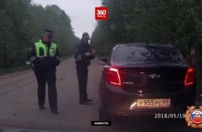 Под Торжком пьяная женщина за рулем иномарки устроила погоню с гаишниками и вылетела на машине в кювет (видео)