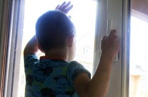 В Торжокском районе 6-летний ребенок выпал из открытого окна дома
