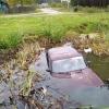 В поселке Калашниково водитель «Жигулей» не заметил пруд и утопил машину (фото)