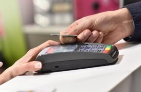 Житель Лихославля украл у дамы банковскую карту и отправился по магазинам