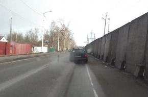 В Лихославле у легковушки на ходу отвалилось колесо и поскакало по огородам (видео)