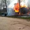 В поселке Калашниково сгорел заброшенный деревянный дом (видео)