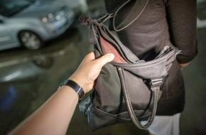В Лихославле у пенсионерки в магазине украли сумку с вещами на 16000 рублей