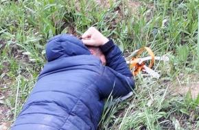 Житель Лихославльского района пытался забросить в тюрьму мобильники, зарядки и провода (фото)