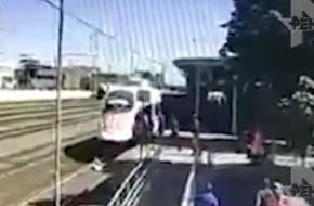 В Твери женщина с ребенком на руках бросилась под поезд (видео)