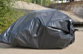 В Лихославле поймали школьного учителя, который выбрасывал пакеты с мусором в неположенном месте