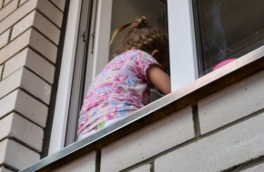 В Торжке маленькая девочка выпала из окна 5-го этажа