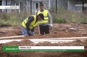 В рамках ППМИ в посёлке Калашниково на стадионе устанавливают новые трибуны (видео)