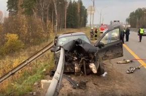 Житель Лихославля уснул за рулем и протаранил металлический отбойник, в аварии погиб 10-летний сын водителя (фото)
