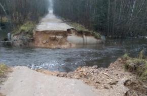 На границе Лихославльского и Спировского районов из-за дождей смыло дорогу (фото)
