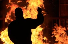 Мужчина обиделся на знакомую, поджог её дом и позвонил ей по телефону