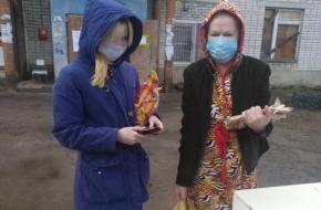 Благотворительный фонд передал еду жильцам карантинного дома в поселке Калашниково
