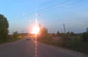 В Лихославле на дорогу рухнул провод под высоким напряжением (видео)