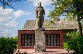 В деревне Первитино благоустроен памятник Севастьянову
