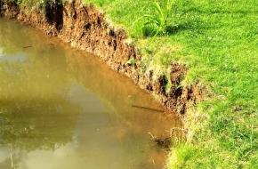 В Лихославле разрастающийся пруд поссорил соседей