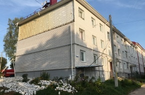 Обвалившийся фасад дома в поселке Калашниково обследуют эксперты, безопасности жильцов ничего не угрожает