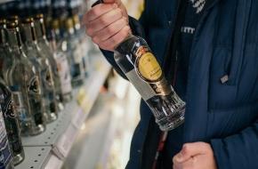 Пьяный житель Лихославля не стесняясь украл алкоголь из магазина