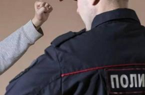 Житель поселка Калашниково забаррикадировался табуретками и с кулаками напал на участкового