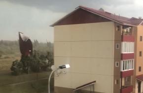 Появилось видео, на котором страшный ураган в Тверской области рвет на части крышу многоквартирного дома (видео)