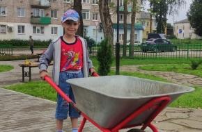 Администрация поселка Калашниково выразила благодарность первокласснику за заботу о чистоте и красоте родного поселка