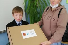 В школах Лихославльского округа продолжается выдача комплектов школьной формы для многодетных семей