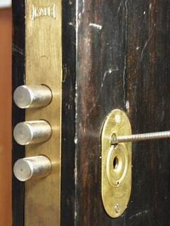 Вскрытие дверной задвижки