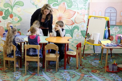 Людмила Смирнова с воспитанниками детского центра «Филиппок». Фото: 999allan999.livejournal.com