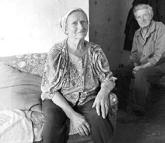 Виктор и Лидия Никитины - из числа последних старожилов в Локотцах. Фото: Павел Иванов, vedtver.ru