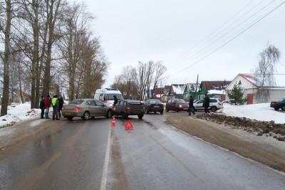 В Торжке водитель иномарки «въехал» в «Жигули», пострадала 30-летняя женщина (фото)