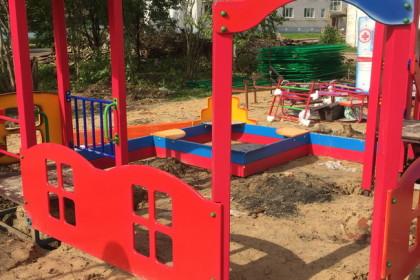 Строящаяся в поселке Калашниково  детская площадка