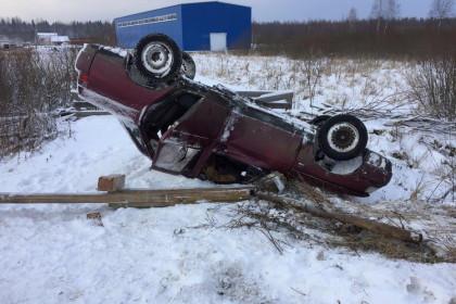 В Лихославльском районе водитель иномарки спровоцировал ДТП, в результате которого перевернулся автомобиль и пострадал человек (фото)