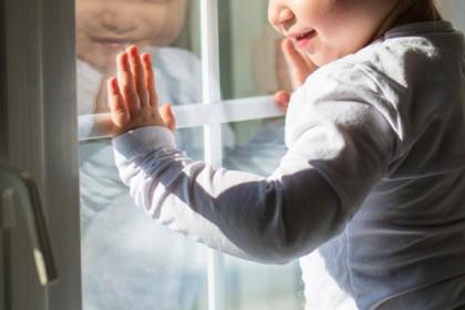 В Торжке 3-летний мальчик под присмотром матери выпал из окна третьего этажа