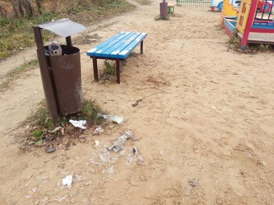 Мусор на детской площадке в центре поселка