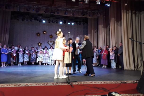 Весь зал поднялся, когда на сцену вышла прекрасная пара из Лихославльского района: Геннадий Михайлович и Лидия Арсентьевна Алексеевы, которые вместе уже 63 года