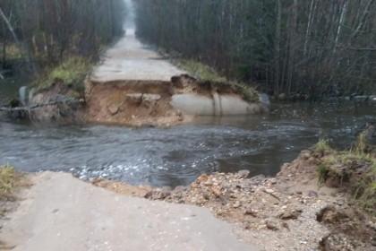 На границе Лихославльского и Спировского районов из-за дождей смыло дорогу