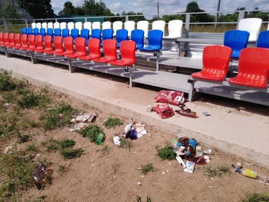 Горы мусора после вандалов на стадионе в поселке Калашниково. Фото: vk.com/krulit