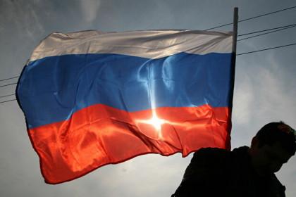 В Лихославльском районе двое вооруженных мужчин украли флаг России