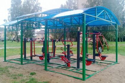 Комплекс уличных тренажеров, установленный в поселке Приозерный в 2020 году